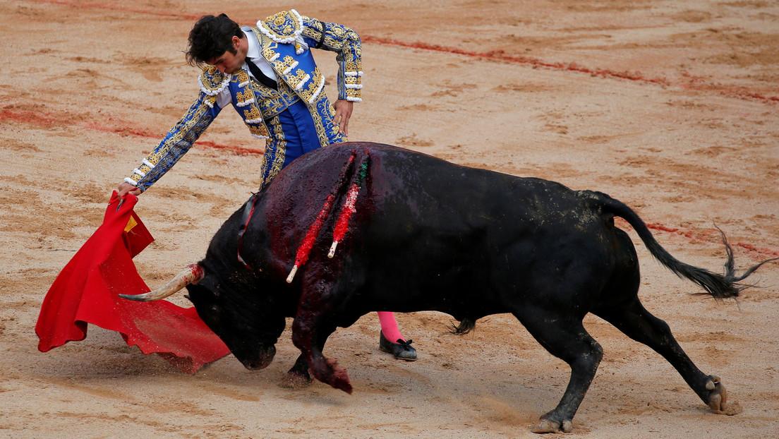 VIDEO: Un toro embiste varias veces a Cayetano Rivera durante una corrida celebrada en España