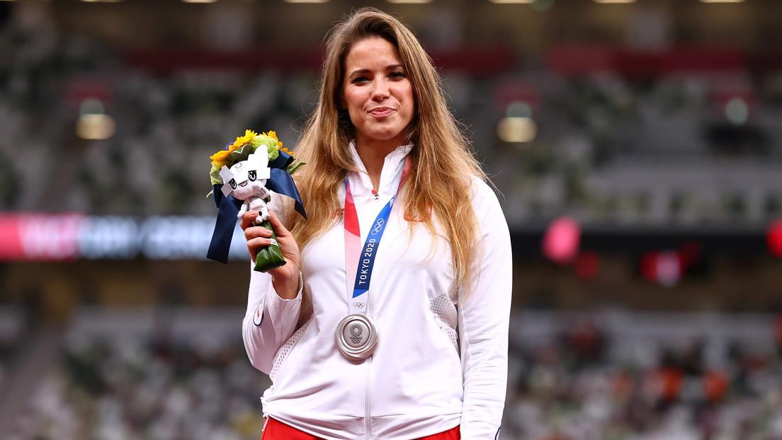 Atleta polaca subasta su medalla olímpica para financiar la cirugía de un bebé