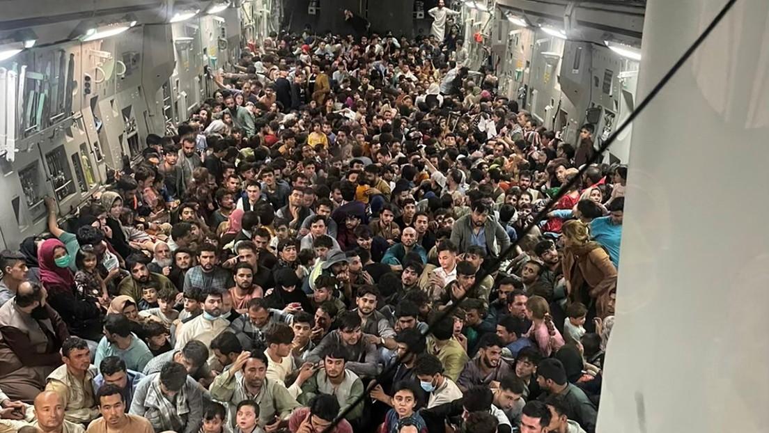 FOTO: Más de 640 afganos hacinados en el interior de un Boeing militar estadounidense que despegó de Kabul tras la llegada de los talibanes