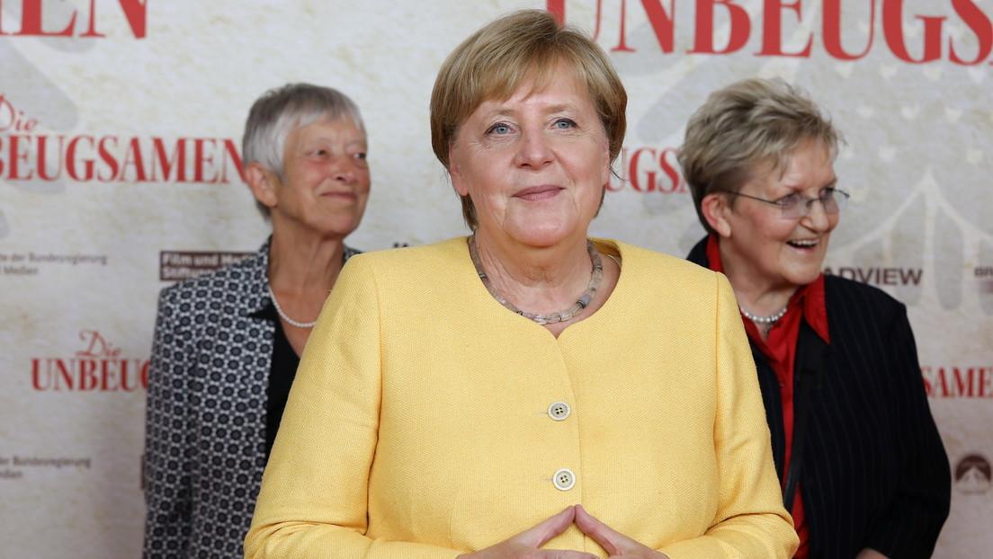 """Reprenden a Merkel por ir al cine mientras """"miles de alemanes temen por sus vidas"""" en Afganistán"""