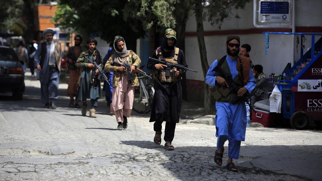 """""""Tuvimos que intervenir y gritar"""": Reportera de CNN en Kabul denuncia que talibanes estuvieron a punto de golpear a su camarógrafo con pistolas"""