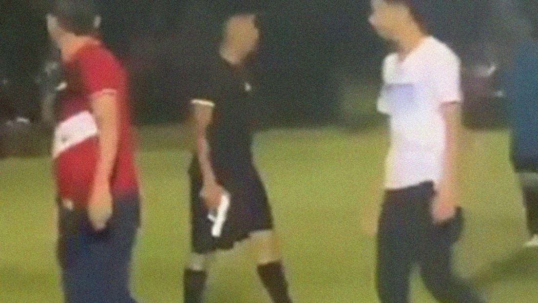 VIDEO: Un árbitro saca una pistola para evitar que un grupo de jugadores y aficionados lo linche