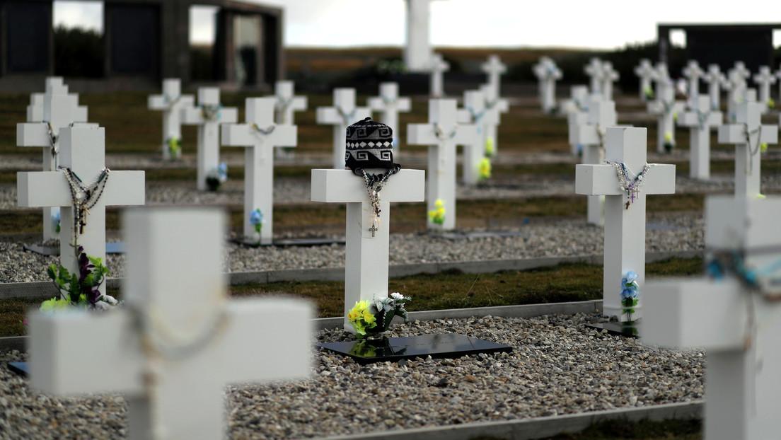 Recuperan los restos de cinco excombatientes argentinos sepultados en una fosa común de las Islas Malvinas