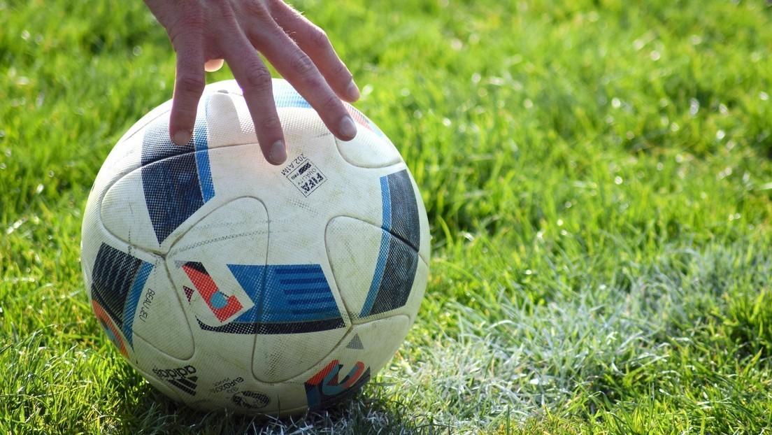 VIDEO: Un árbitro se arrodilla y ofrece disculpas por no aplicar la ley de la ventaja durante un partido de fútbol