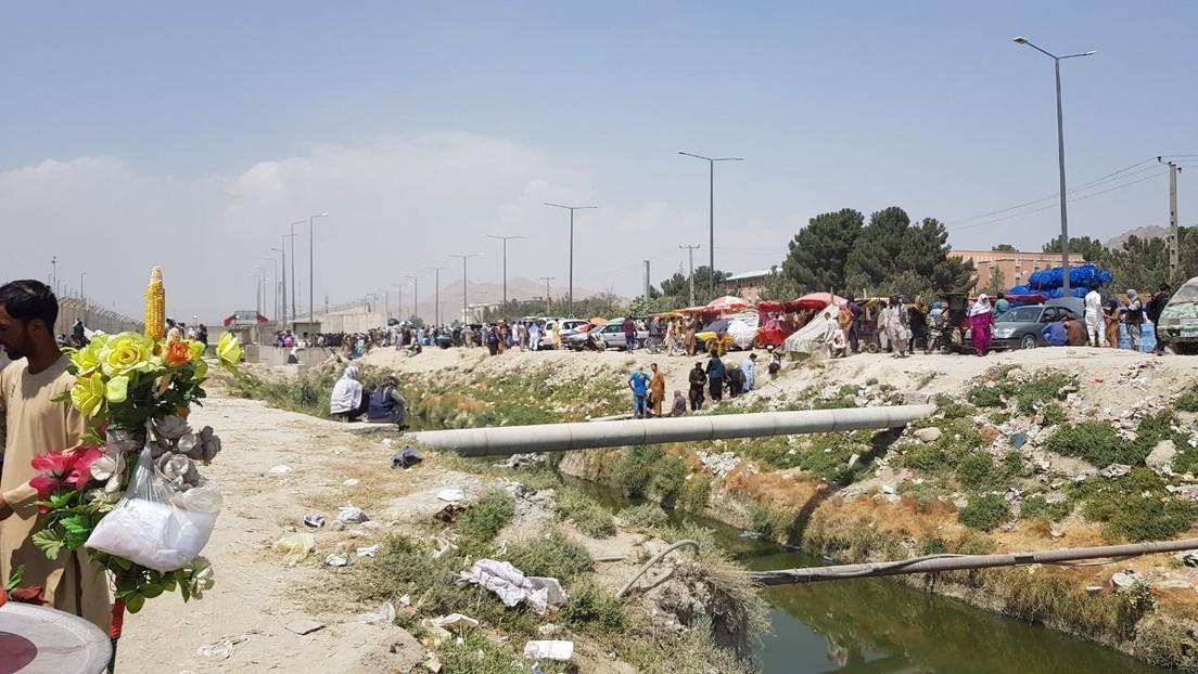 Caos frente al aeropuerto de Kabul: afganos atraviesan una zanja para intentar llegar a la instalación (VIDEO)