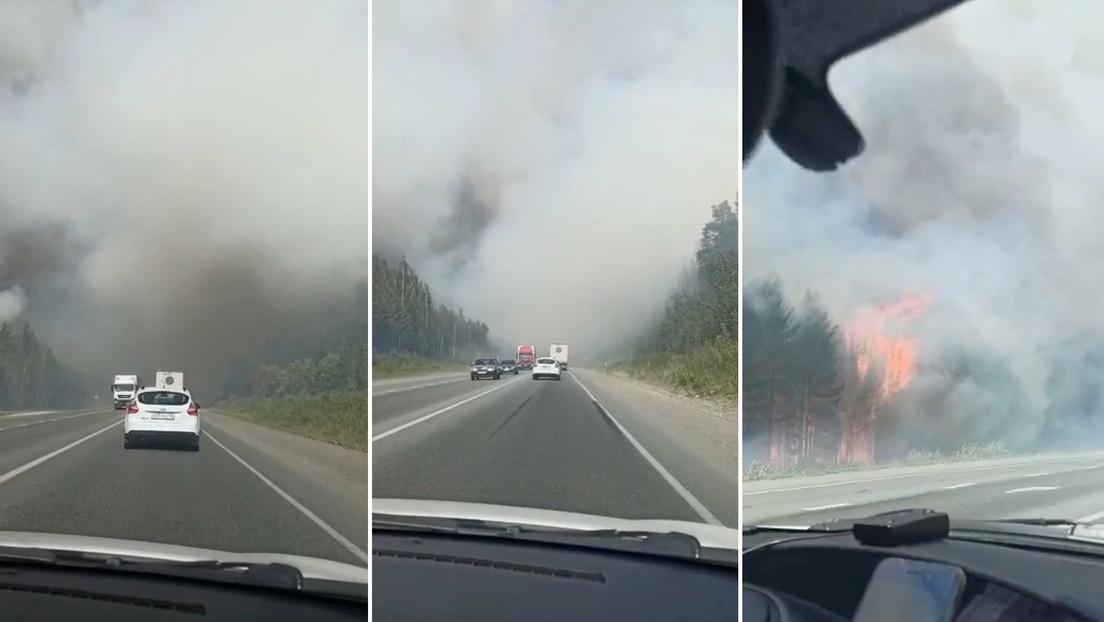 VIDEO: Incendios forestales en Rusia asedian una carretera y paralizan el tránsito