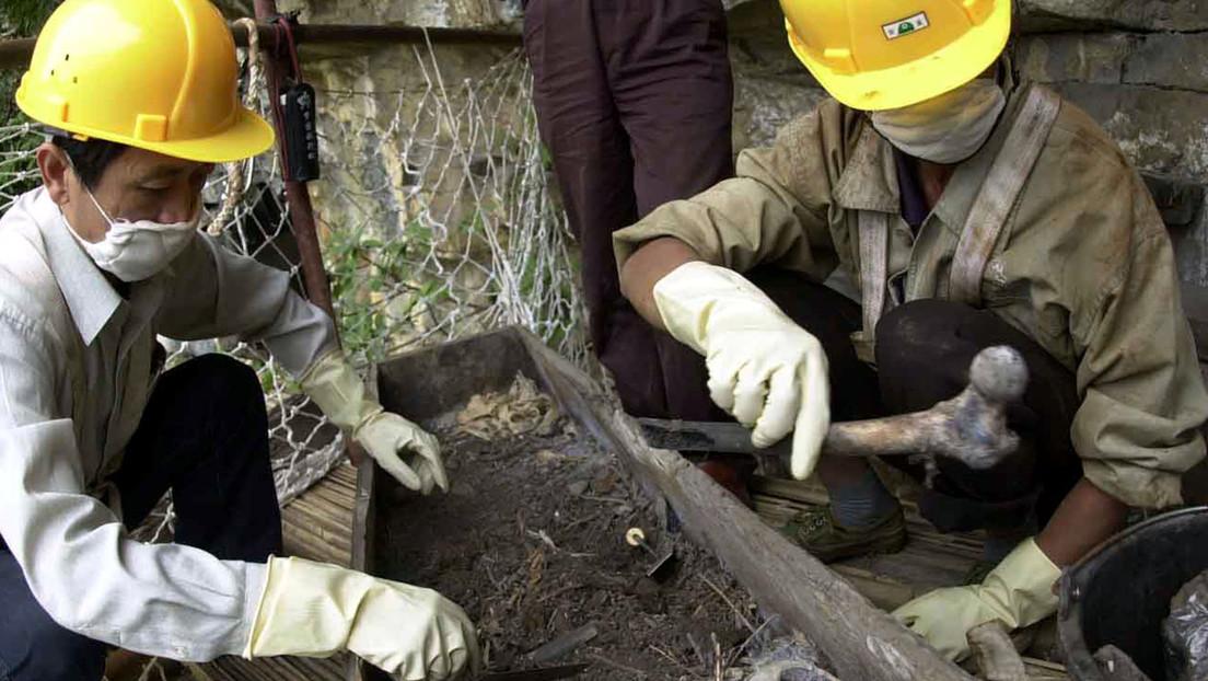 Arqueólogos descubren en China una fosa de más de 1.500 años de antigüedad con una pareja de amantes abrazados (FOTO)