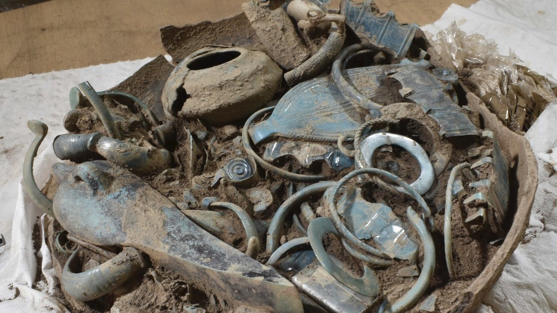 Encuentran vasijas repletas de joyería, armas y herramientas en una necrópolis de 2.800 años de antigüedad en el centro de Francia
