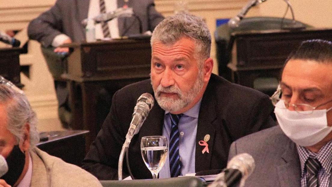Balean al diputado peronista Miguel Arias mientras participaba en un acto de campaña en Argentina