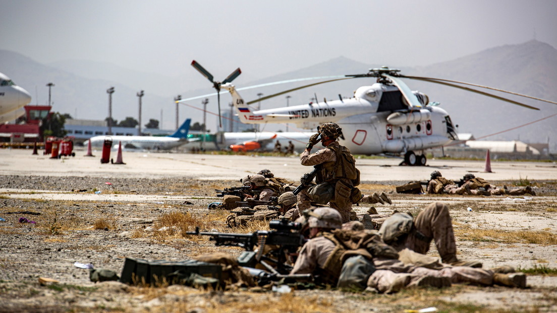 """La Embajada de EE.UU. en Kabul insta a sus ciudadanos a abandonar inmediatamente el aeropuerto debido a una """"amenaza específica y creíble"""""""