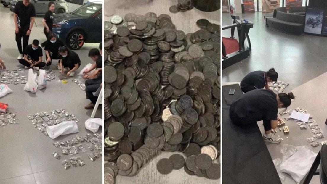 Una veintena de empleados pasan más de 3 horas contando las miles de monedas con las que un hombre compró un auto de más de 7.800 dólares
