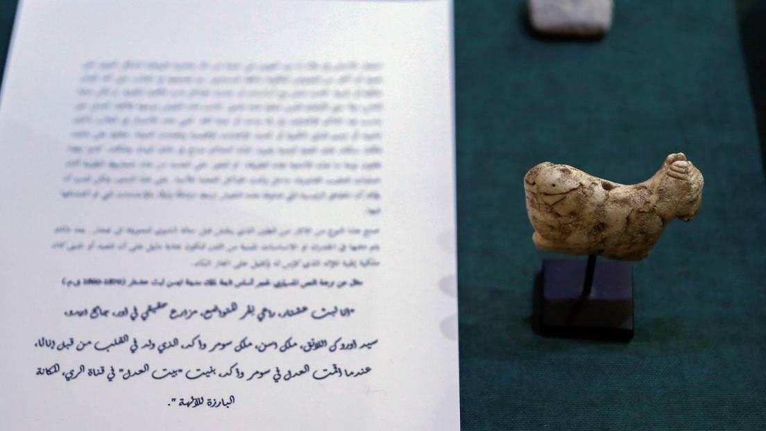 Artefactos incautados por el gobierno de los Estados Unidos y devueltos a Irak se exhiben en el Ministerio de Relaciones Exteriores en Bagdad.