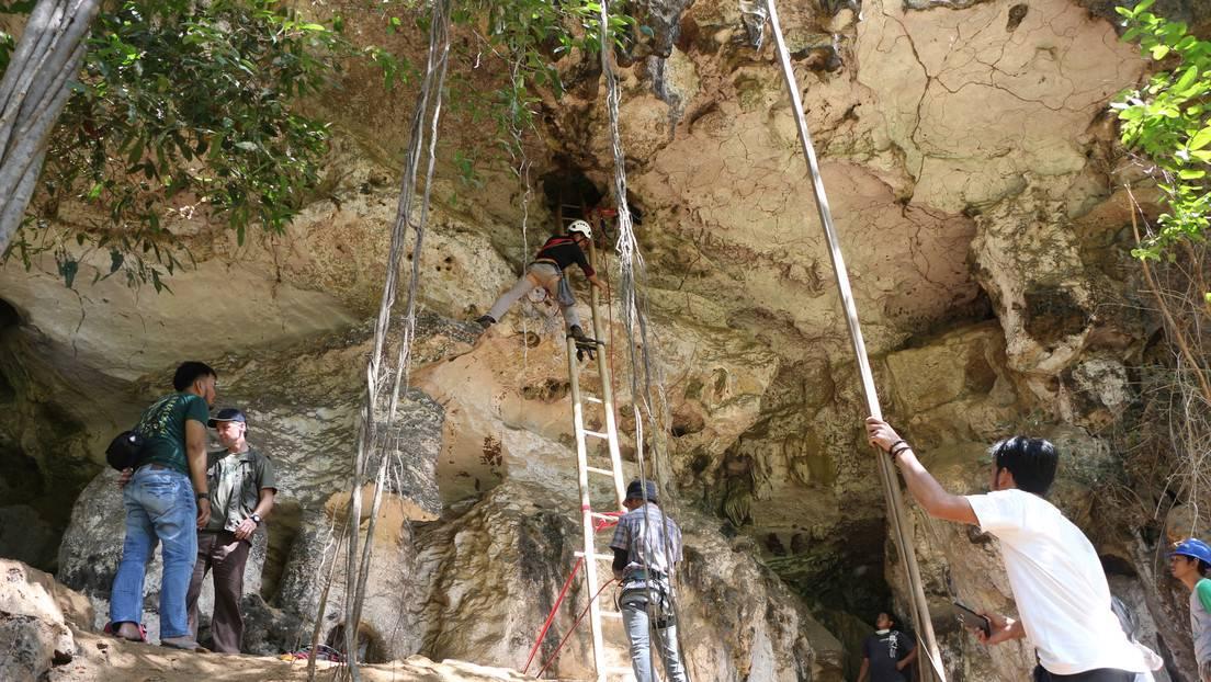Los científicos trabajan en una cueva en Indonesia.