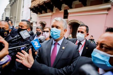 El presidente de Colombia, Iván Duque, habla con la prensa en Perú. 28 de julio de 2021