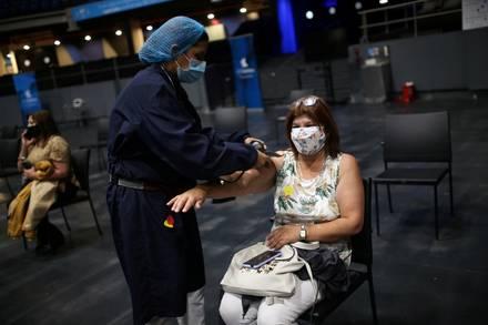 Un trabajador de salud revisa a una mujer que recibió una dosis de la vacuna Pfizer-BioNTech en Colombia. 16 de junio de 2021