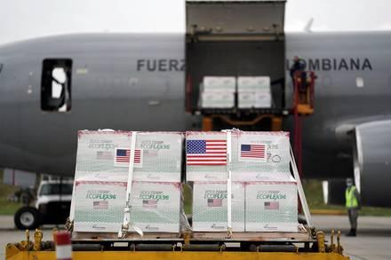Banderas estadounidenses están pegadas en un envío de vacunas Johnson & Johnson en Bogotá. 1 de julio de 2021