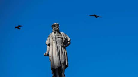 Con la soga al cuello y el rostro pintado de negro: así quedó la estatua de Cristóbal Colón durante una protesta en Bolivia