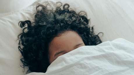 Un experimento determina que el sueño nocturno más prolongado no siempre implica más beneficios (pero la siesta, sí ayuda)