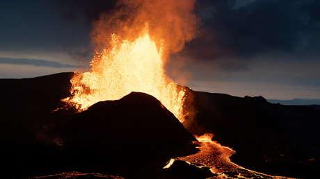 """Expertos advierten que erupciones volcánicas menores podrían causar un efecto """"cascada"""" y llevar a una catástrofe global"""