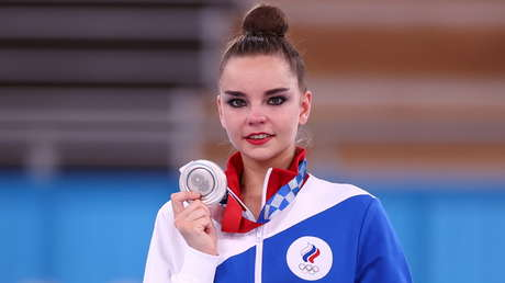 """""""Vergüenza para la gimnasia"""": Rusia denuncia el arbitraje en la final de la rítmica, ganada por la israelí Linoy Ashram pese a dejar caer la cinta"""