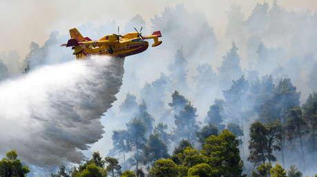 """""""Afrontamos una catástrofe natural de proporciones sin precedentes"""": el primer ministro de Grecia comenta los graves incendios forestales en el país"""