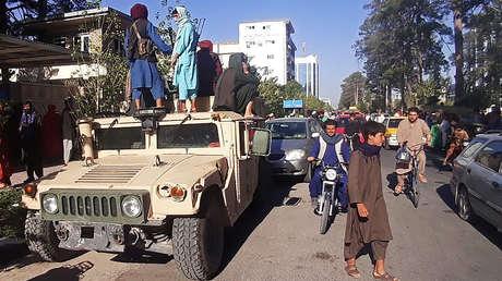 Helicópteros, vehículos militares y arsenales de rifles: videos muestran los 'botines' que los talibanes lograron durante su avance por Afganistán