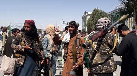 FOTO: Cubren con pintura imágenes de mujeres en Kabul ante la inminente llegada de los talibanes