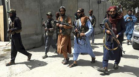 VIDEO: Talibanes disparan contra manifestantes pacíficos y golpean a periodistas en la ciudad afgana de Jalalabad