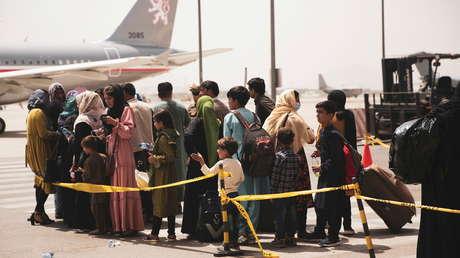 """""""Un desastre de evacuación"""": Una foto destapa que un vuelo casi vacío despegó de Kabul mientras miles esperan cerca del aeropuerto"""