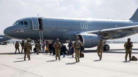 El Pentágono activa la reserva de aviones civiles para acelerar la evacuación de Afganistán mientras los talibanes culpan a EE.UU. por el caos