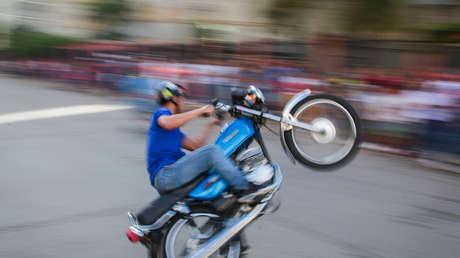 Motopiruetas, el deporte extremo que crece en los barrios populares de Venezuela