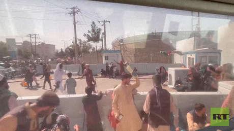 """""""Las tropas estadounidenses lo llaman Guerra Mundial Z"""": equipo de RT habla de la """"horrible"""" situación en el aeropuerto de Kabul"""