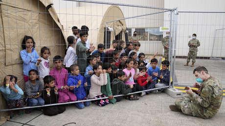 VIDEO: Un soldado estadounidense entretiene con su ukelele a niños afganos evacuados en una base de EE.UU. en Alemania