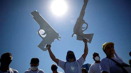"""""""Todo el mundo tiene que comprar un rifle"""": Las polémicas declaraciones de Bolsonaro para defender la tenencia de armas"""