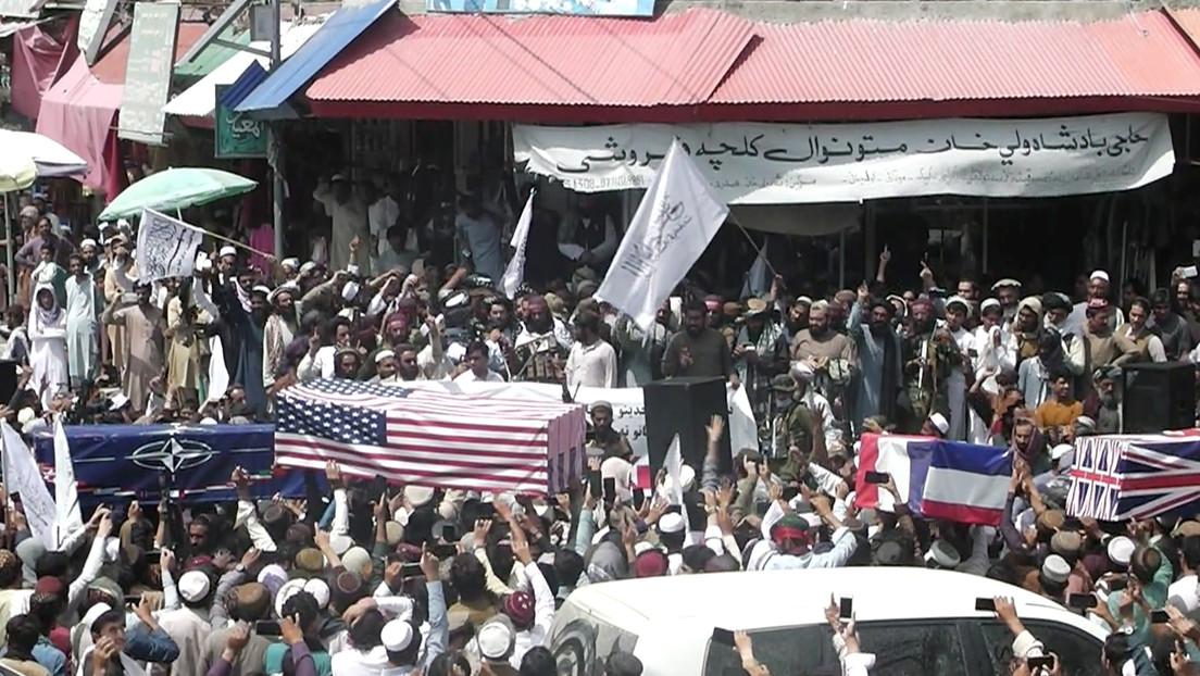 VIDEO: Los afganos 'entierran' las fuerzas de EE.UU. y cubren ataúdes simulados con su bandera en un funeral improvisado