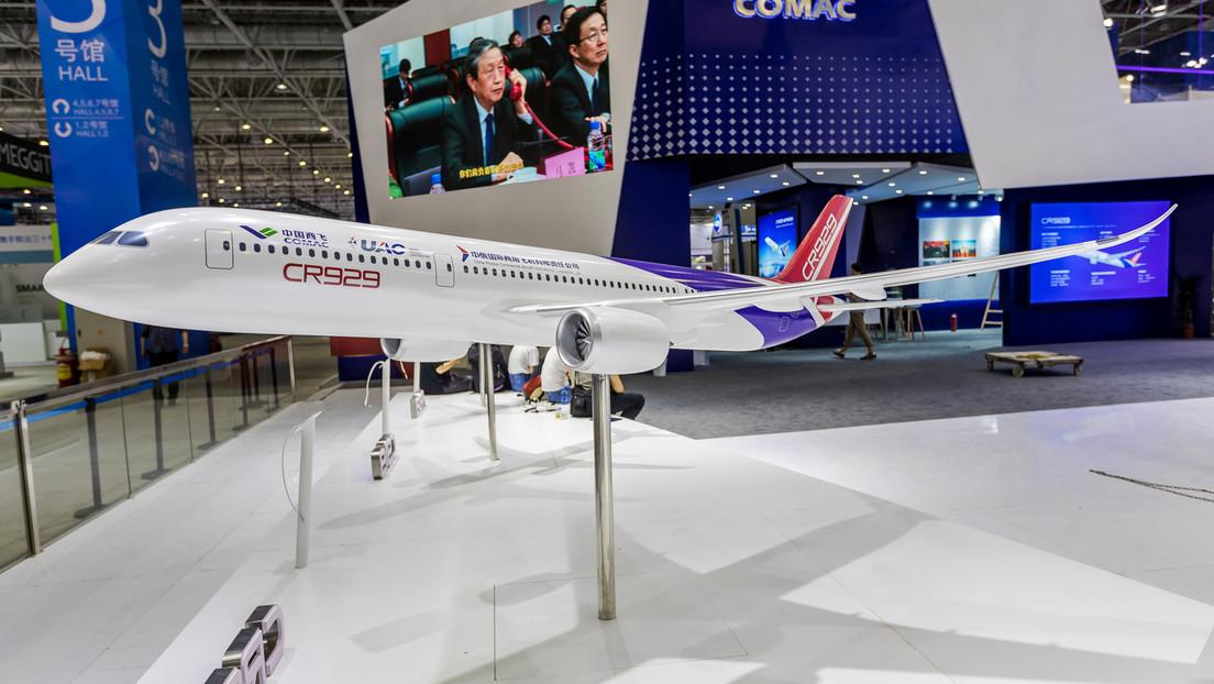 El primer avión ruso-chino de fuselaje ancho sale de fábrica para competir con el Boeing 777 y el Airbus A320