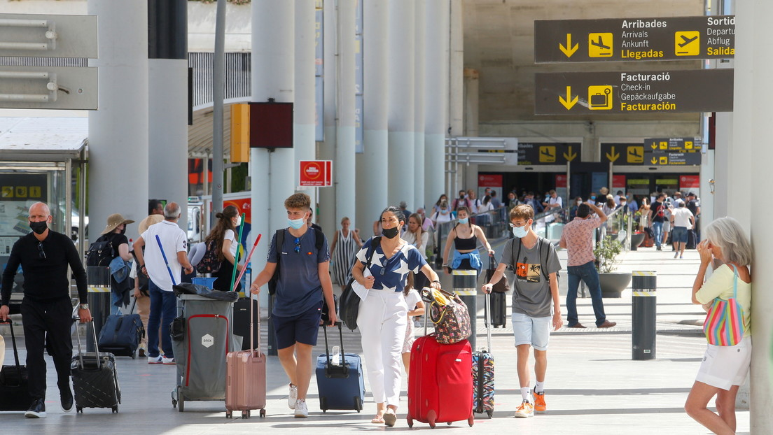 Desarticulan en España una banda que usaba tácticas militares y pelucas para robar a turistas en el aeropuerto