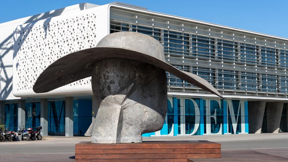 Buscan a la pareja de enamorados que fue fotografiada junto a una escultura a resguardo de un aguacero en Valencia