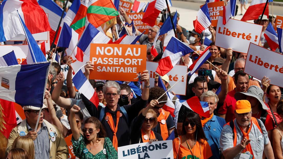 VIDEO: Miles de manifestantes vuelven a salir a las calles de Francia para protestar contra el pase sanitario