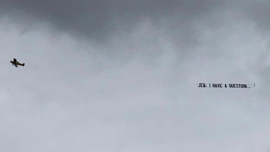 Un hombre cuelga de un avión una pancarta con una propuesta matrimonial (pero algo sale mal y lo acusan de antisemitismo)