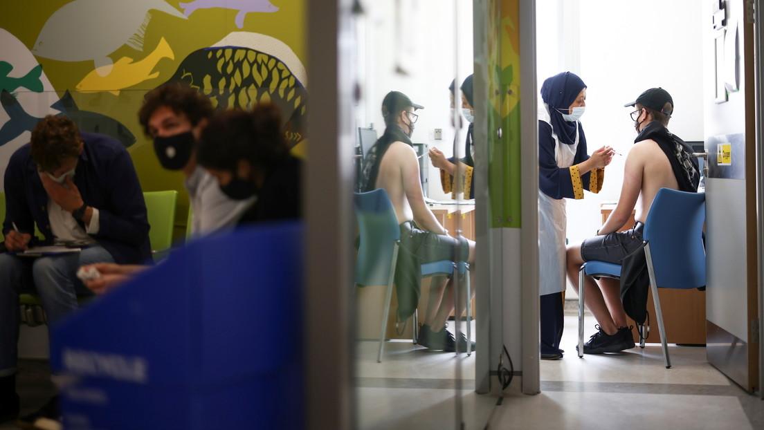 El ministro de vacunas del Reino Unido dice que los adolescentes podrían recibir la vacuna covid-19 aunque sus padres se opongan