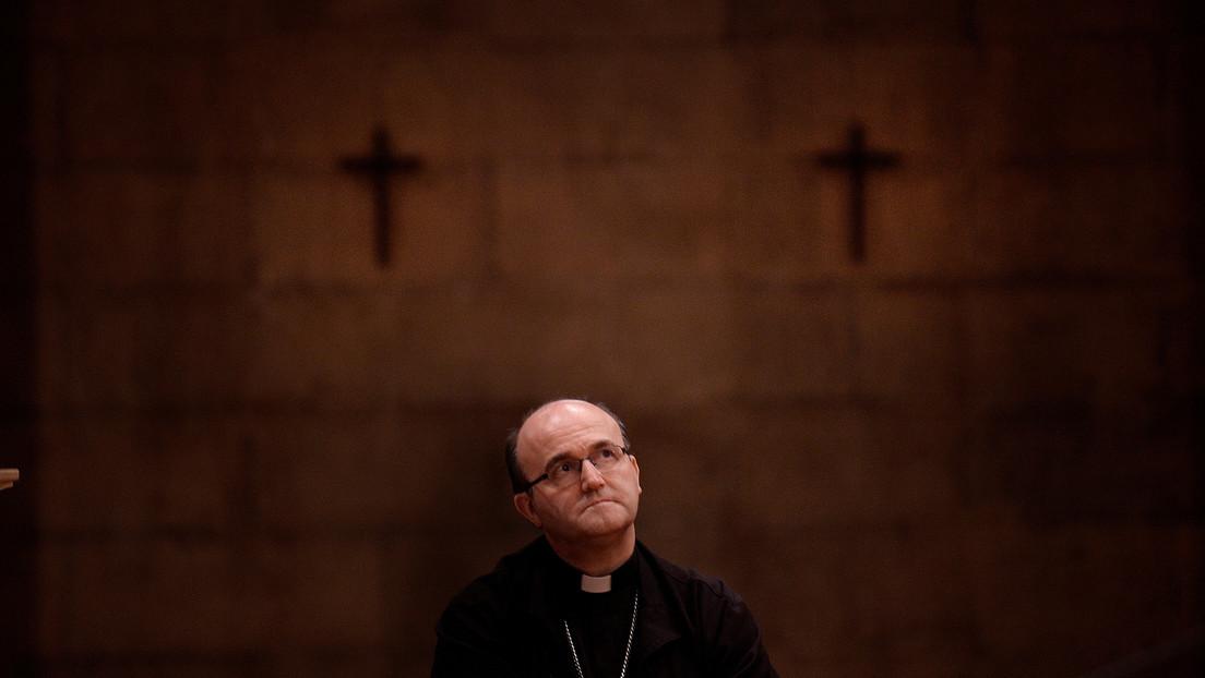 Un obispo español presenta su renuncia al papa y se va a vivir con una escritora de novelas eróticas