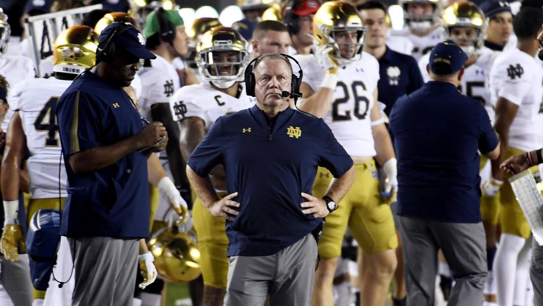 """""""El equipo debe ser ejecutado"""": Un entrenador es blanco de críticas por bromear sobre el pobre desempeño en el campo de juego"""