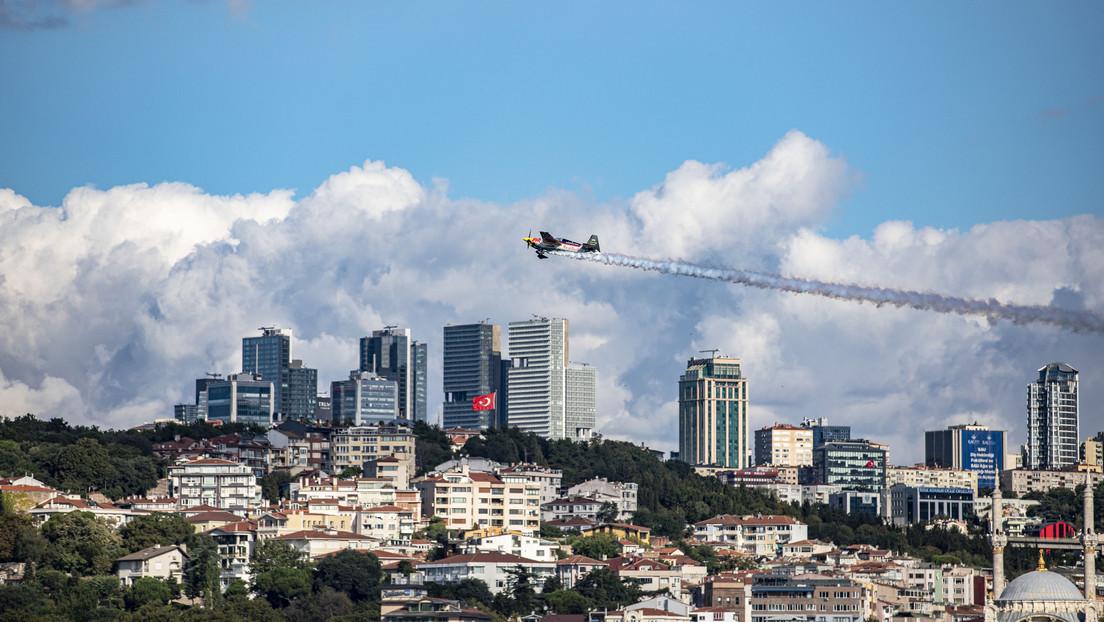 El piloto Dario Costa establece varios récords mundiales al atravesar 2 túneles con su avión acrobático en Estambul