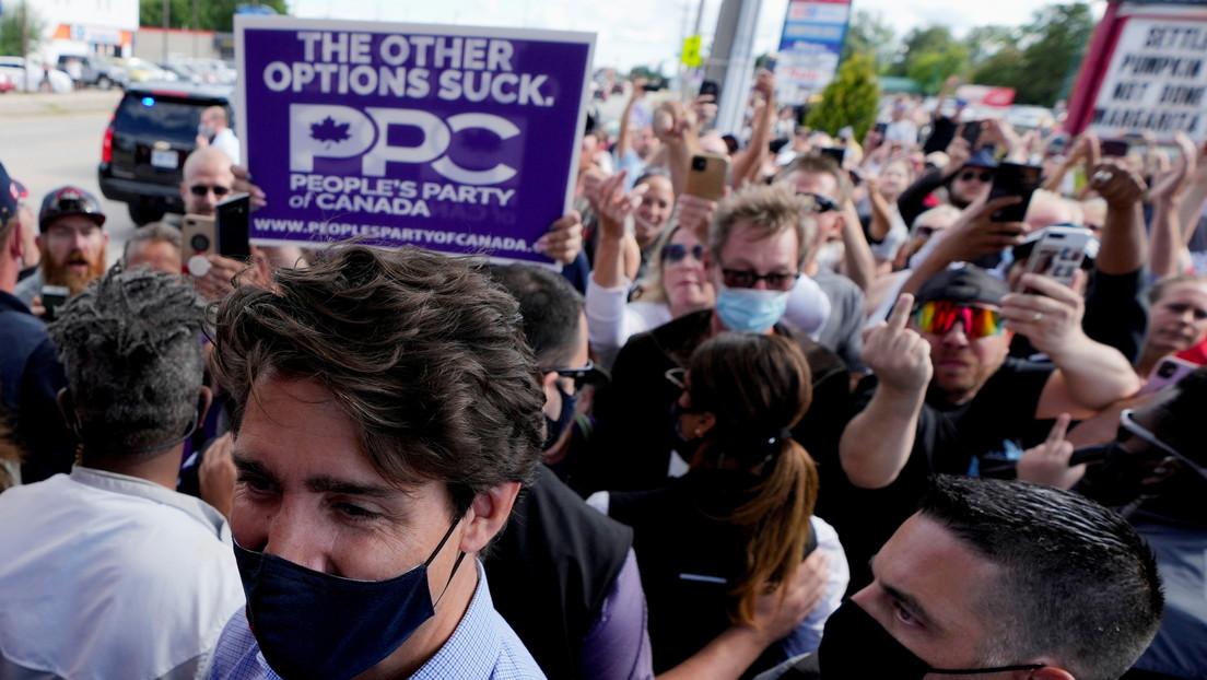 VIDEO: Lanzan piedras contra Justin Trudeau y sus acompañantes durante un viaje de campaña electoral en una provincia canadiense