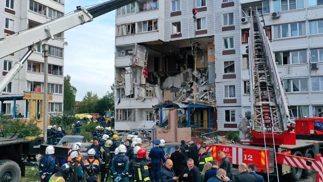 Un edificio residencial se derrumba parcialmente tras una explosión de gas en uno de los apartamentos en una ciudad cerca de Moscú