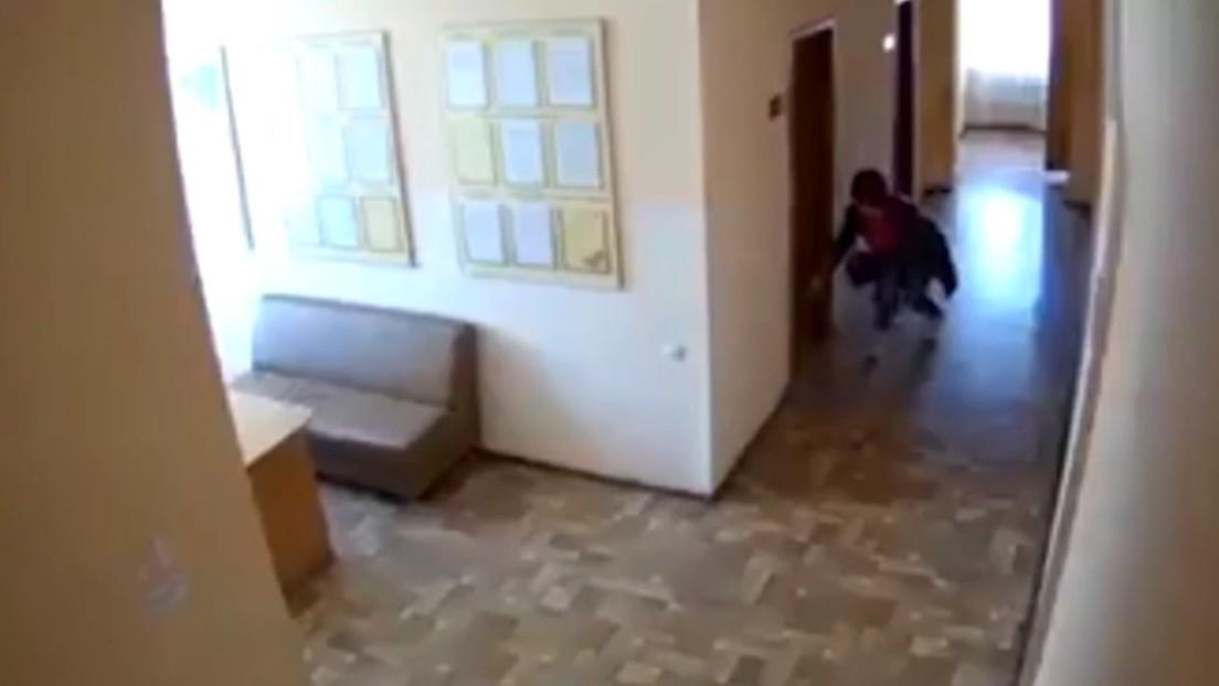 VIDEO: Una funcionaria arroja tierra cerca de los despachos de sus colegas y sospechan que la sustrajo de un cementerio para maldecirlos