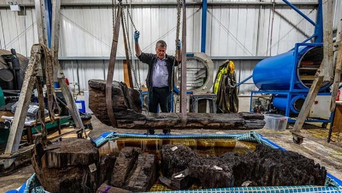 """Descubren por 'accidente' un """"raro"""" sarcófago de 4.000 años tallado de un tronco en el lago de un campo de golf"""