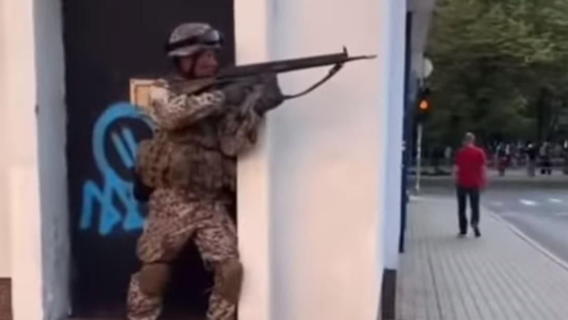 VIDEO: El Ejército de Letonia realiza ejercicios con fuego en medio de transeúntes en pleno centro de la capital