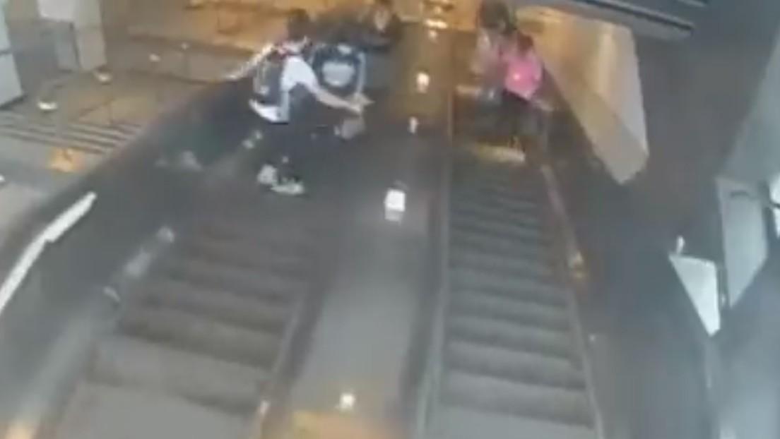VIDEO: Una mujer cae por la escalera mecánica tras ser pateada por un hombre en el metro de Nueva York
